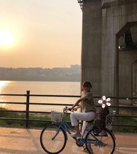 박시연, 딸과 한강 자전거 데이트 '여배우 아닌 엄마 일상'[★SNS]