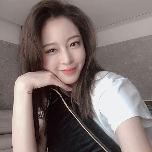 한예슬, 수수한 패션 속 아름다운 미모[★SNS]