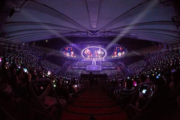"""""""꿈 같았던 시간""""...아이즈원, 데뷔 첫 단독 콘서트서 1만8천 관객과 만났다"""