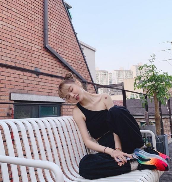 지민, 올블랙 패션으로 고스란히 드러낸 상체 라인 '가녀린 어깨'[★SNS]